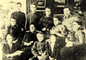 Одна из последних фотографий Сергея Ивановича Мосина (в верхнем ряду справа) в кругу семьи сделана в 1901 году в Сестрорецке.