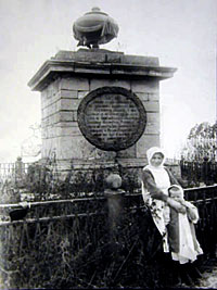 Первоначальный памятник на могиле Резанова (не сохранился)