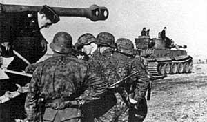 Гренадеры дивизии и команда танка Тигр I (Totenkopf) обсуждают план обороны летом 1943 года, во время Курской битвы