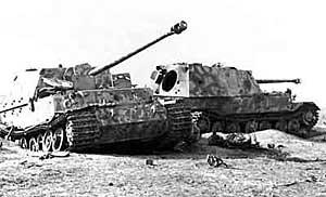 Подбитые немецкие самоходные установки Фердинанд в районе Курской дуги, лето 1943 г.