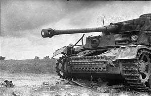 Курская дуга, июль 1943-го. На снимке — подбитый немецкий средний танк PzKpfw IV (модификации H или G).
