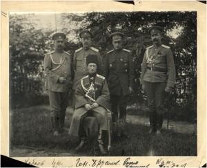 Генерал Брусилов (сидит) с сыном и офицерами штаба фронта.