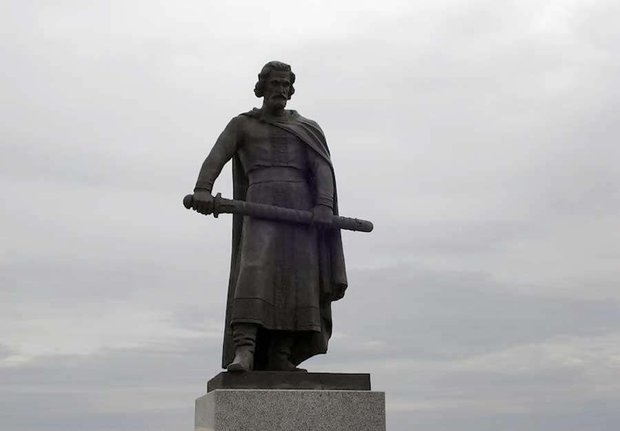 Памятник Дмитрию Донскому в деревне Монастырщино
