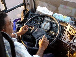 курит водитель автобуса